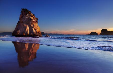 うふふ岩で日の出、カセドラル ・ コーブ、コロマンデル半島、ニュージーランド 写真素材