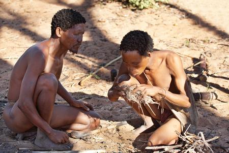 tribu: Dos cazadores bosquimanos tienen encender fuego, Desierto del Kalahari, Namibia