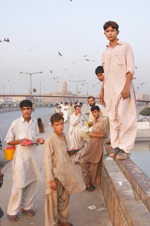 netty: Karachi, Pakist�n - 14 DE NOVIEMBRE: Muchachos en el puente de Netty Embarcadero venden despojos para la alimentaci�n de la cometa en 14 de noviembre 2006 en Karachi, Pakist�n. Alimentaci�n Kite es diversi�n favorita de la poblaci�n local
