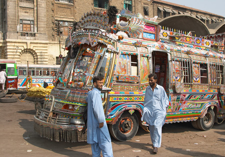 Karachi, Pakistan, November 14, 2006: Traditional pakistani buses 에디토리얼