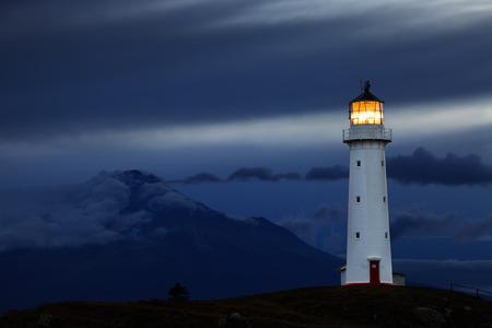 Cape Egmont Lighthouse en Mount Taranaki op de achtergrond, Nieuw-Zeeland