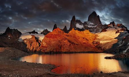 Laguna de Los Tres and mount Fitz Roy, Dramatical sunrise, Patagonia, Argentina Standard-Bild