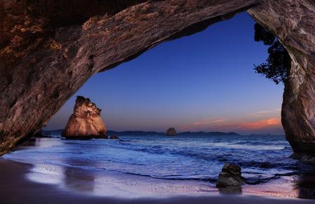 in cave: Ensenada de la catedral al amanecer, Pen�nsula de Coromandel, Nueva Zelanda