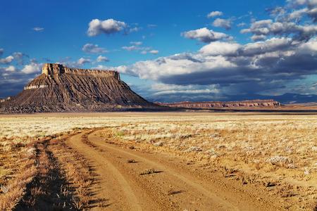 工場ビュート、米国ユタ州の砂漠で孤立した平たい砂岩山