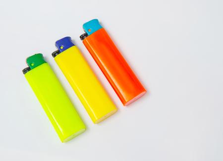 encendedores: Colorido ligero aislado sobre una textura de tela blanca
