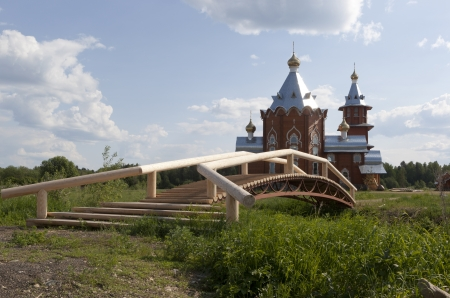 forerunner: Pedestrian bridge to the Church of the Nativity of the Prophet, Forerunner and Baptist John in the village Zaruchevnya  Shilovskaya , Belsky District, Arkhangelsk Oblast, Russia Stock Photo