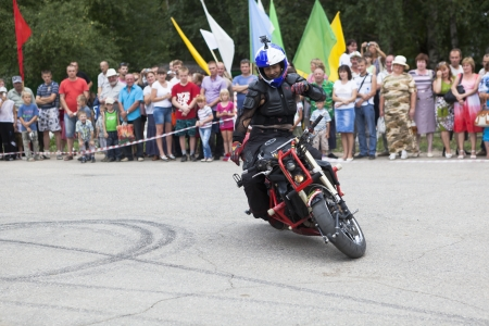 masterly: Riding on a motorcycle without arms Editorial
