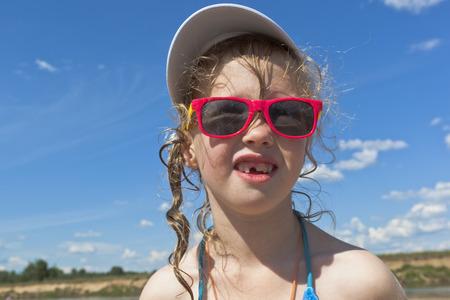 niños riendose: Chica divertida en la playa