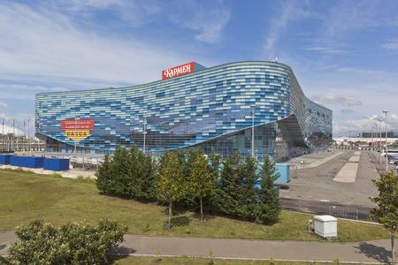 """deportes olimpicos: Palacio de los deportes de invierno """"Aisberg"""" en el parque ol�mpico de Sochi, Adler, regi�n de Krasnodar, Rusia Editorial"""