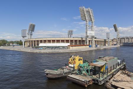 Zicht op het Petrovsky-stadion vanaf de gerenoveerde Tuchkov-brug in St. Petersburg. Petersburg, Rusland