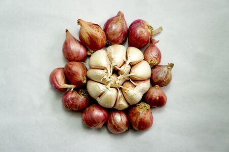 Red and white onions become one of the spices that almost certainly exist in every dish, onions are not just flavoring food. Shallots are a good source of vitamin C, vitamin B 6, potassium and fol-ate, garlic is rich in vitamin C, vitamin B 6, thiamine, potassium, calcium, phosphorus, copper, and manganese. In addition, onion and white are low-calorie flavoring dishes