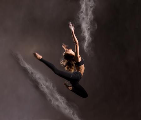 Meisje dansen met een bloem, springen, zero gravity