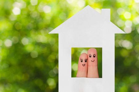 abrazar familia: Arte del dedo de una familia. Familia que mira fuera de la ventana de la casa de papel.