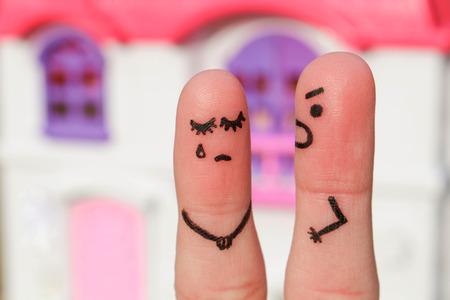 novios enojados: Finger arte de una pareja durante la pelea. Un hombre le grita a una mujer. Mujer llorando.