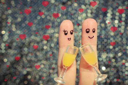Vinger kunst van een gelukkig paar. Paar dat goede moed. Twee glazen champagne. Valentijnsdag. Getinte afbeelding. Stockfoto