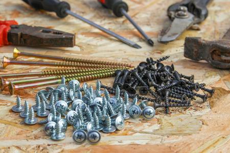 alicates: Herramientas de construcción: alicates, martillo, tijeras, destornillador, ommerce y tornillos