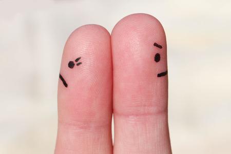 Paar na een argument blik in verschillende richtingen
