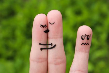 ungeliebt: Finger Kunst eines gl�cklichen Paares. Das gl�ckliche Paar k�ssen und umarmen. M�dchen ist eifers�chtig und w�tend. Lizenzfreie Bilder