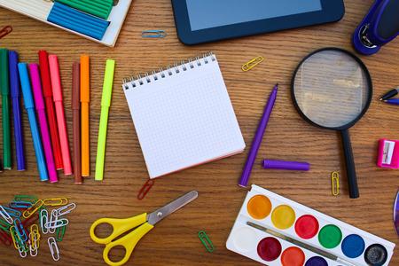 papeleria: Objetos de papelería de oficina y material escolar en la mesa