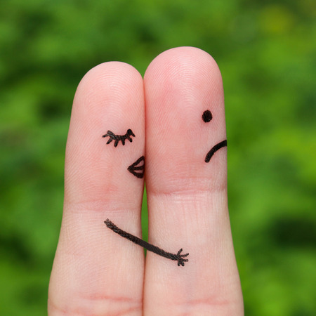 novios enojados: Arte Dedo de pareja. Una mujer besa a un hombre, ella no le gusta. El concepto no se comparte el amor.
