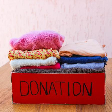 Donatie doos met kleding Stockfoto