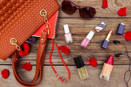 Dingen geopend dame handtas. vrouwen portemonnee op hout achtergrond. Getinte afbeelding.