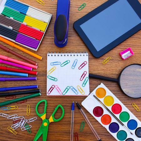 utiles escolares: Objetos de papelería. Oficina y útiles escolares en la mesa. De vuelta a la escuela.