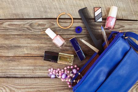 열린 여자 핸드백에서 것들. 나무 배경에 여성의 지갑. 스톡 콘텐츠