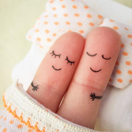 Vinger kunst van een gelukkig paar. Echtpaar in slaap in bed. Stockfoto
