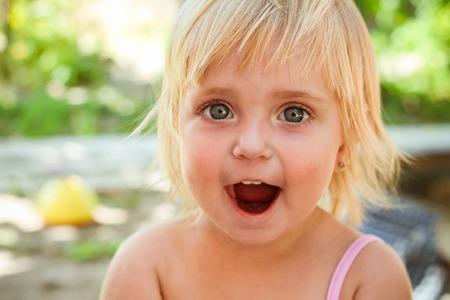 boca abierta: Niña con la boca abierta, el niño grita de alegría. Entonado imagen.
