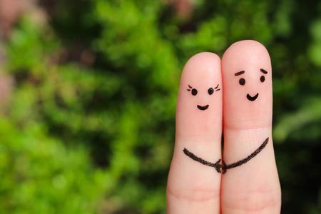 marido y mujer: arte dedo de una pareja feliz. pareja cogidos de las manos felices.