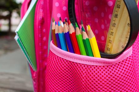 utiles escolares: Objetos de papelería. Los útiles escolares están en la mochila escolar. Foto de archivo