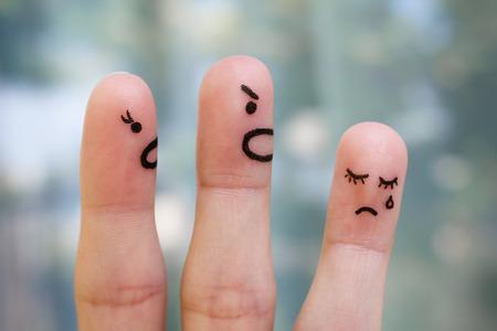 conflict: Finger arte de la familia durante la pelea. El concepto de los padres regañó a su hija, que estaba llorando.