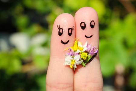 Vinger kunst van een gelukkig paar. Man geeft bloemen aan een vrouw.