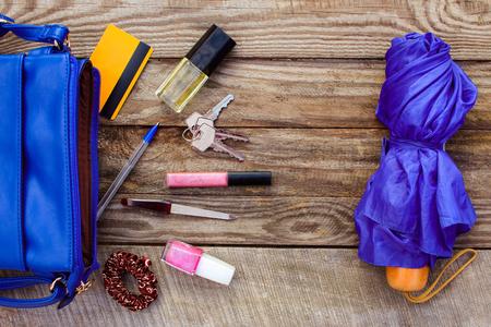 De blauwe vrouwen tas, paraplu en accessoires voor vrouwen. Dingen van open dame handtas.
