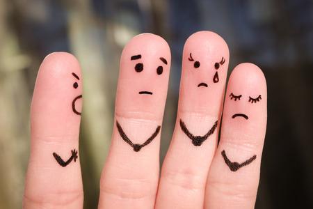 Art du doigt des gens. Le concept d'un homme gronde des gens, et ils sont mécontents. Le patron réprimande ses subordonnés au travail.