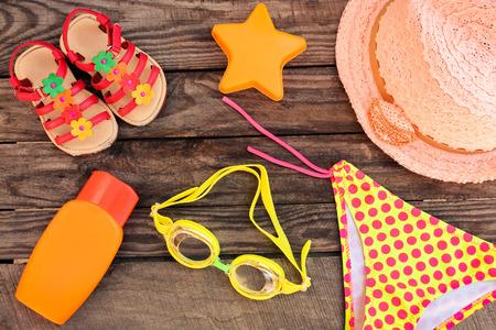Children's strand accessoires op de oude houten achtergrond. Gestemd beeld. Stockfoto