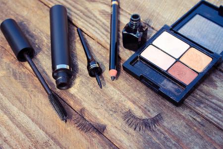 Cosmetica voor ogen: potlood, mascara, eyeliner, valse wimpers en oogschaduw. Getinte afbeelding.