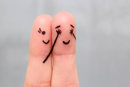 Vingerkunst van een gelukkig paar. meisje sloot haar ogen voor de jongen. jongen vermoedde die zijn ogen sloot.