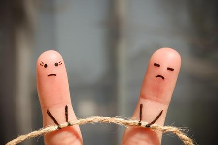 art Doigt de couple. Femme et de la corde homme de traction. Couple se brouilla, ne peut pas résoudre le problème, un malentendu.