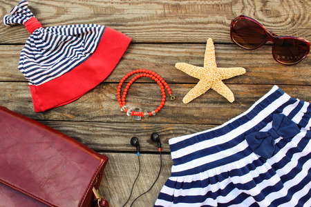 ropa de verano: niños del verano prendas de vestir y accesorios de playa para sus vacaciones mar en el fondo de madera vieja. la imagen en tonos.