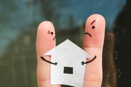 Finger arte de la familia durante la pelea. Concepto de hombre y mujer no puede dividir a casa después del divorcio. Foto de archivo