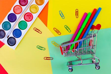 fournitures scolaires: Panier avec des objets de papeterie. Bureau et des fournitures scolaires. Banque d'images