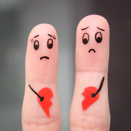 Vinger kunst van het echtpaar. Couple holding gebroken hart. Stockfoto