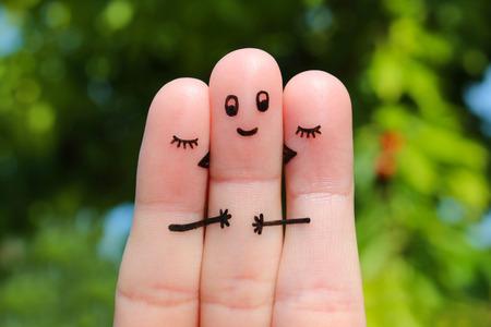 celos: arte dedo. Dos mujeres besando a un hombre.