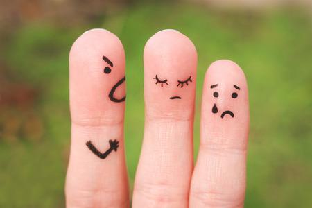 Finger Kunst einer Familie während eines Arguments. Das Konzept eines Mannes, schimpft seine Frau und Kind, eine Frau traurig ist, wird das Baby weint