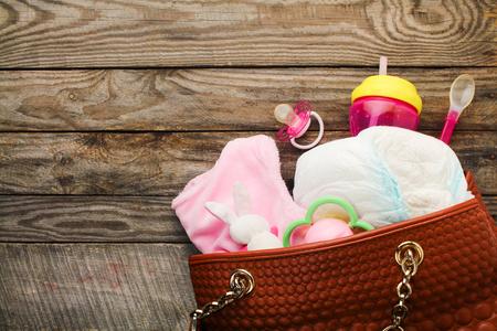 Matka má kabelku s předměty pro péči o dítě Reklamní fotografie