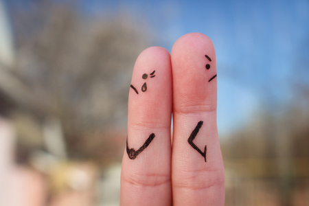 celos: Fingers art of couple. Couple after an argument looking in different directions.
