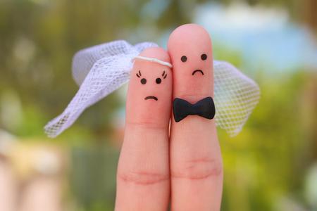 カップルの指アート。結婚式、女性および人の概念が結婚する必要が、彼らはしたくないです。