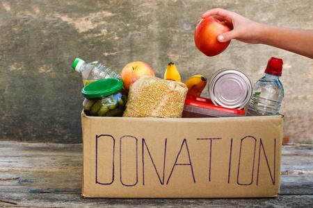 Donatiebox met voedsel. Stockfoto